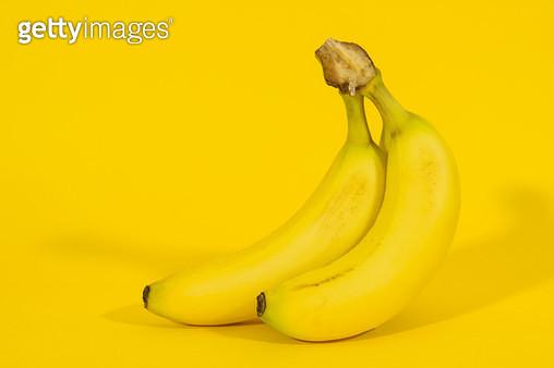 노란배경의 한송이 바나나 - gettyimageskorea