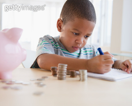 African American boy counting coins - gettyimageskorea