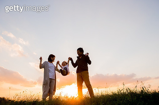 Family to play in the evening - gettyimageskorea