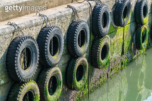 돌제부두 타이어 - gettyimageskorea