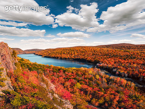Lake of the Clouds, Porcupine Mountains in Fall Color, Upper Michigan Peninsula. - gettyimageskorea