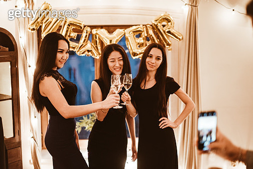 taking picture of the friends celebrate the new year toasting - gettyimageskorea