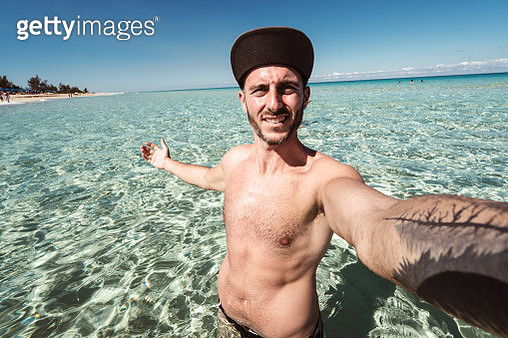 man take a selfie in cuba - gettyimageskorea