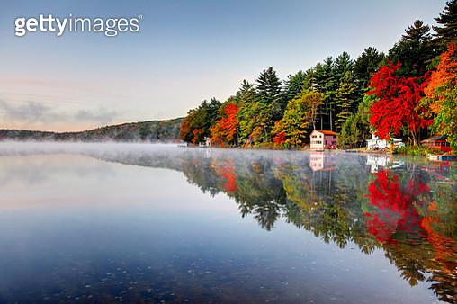 Autumn colors along Lake Mattawa in the Quabbin region of Massachusetts - gettyimageskorea