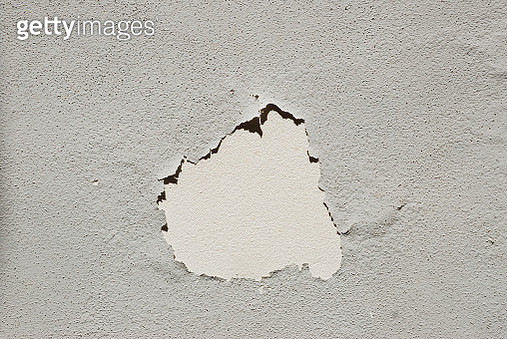 Rough textured grey wall in bright sunlight in springtime. - gettyimageskorea
