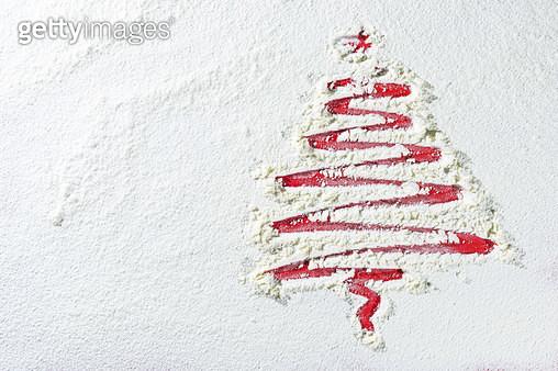 하얀 눈밭의 빨간 크리스마스 트리 - gettyimageskorea