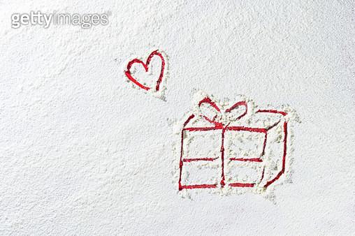 하얀 눈밭의 크리스마스 선물 - gettyimageskorea