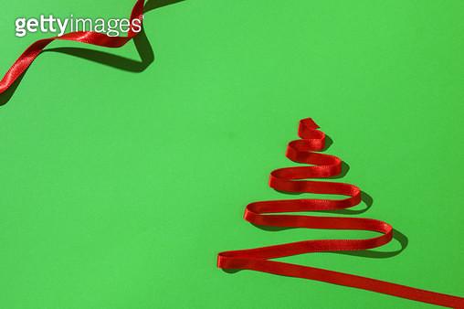 초록 배경의 빨간 리본 크리스마스 트리 - gettyimageskorea