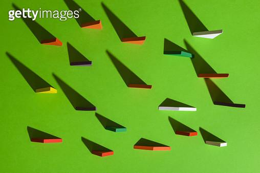 초록 배경의 삼각형들 - gettyimageskorea