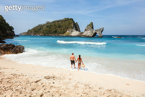 Tourist couple at the beach, Nusa Penida, Bali - gettyimageskorea