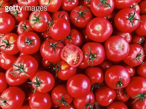 Directly above view of fresh red tomatoes on market stall at the farmer's market - gettyimageskorea