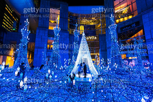People enjoying to watching and photographing the Caretta Illumination Show, which is illuminated by approximately 250,000 LED lights every 20 minutes in Caretta Shopping Mall Shiodome Tokyo Japan on January 16 2018. - gettyimageskorea