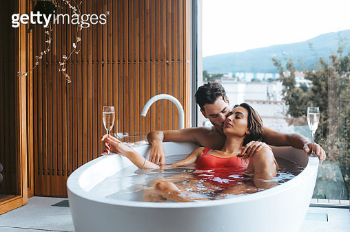 Young Couple Relaxing In Bathtub - gettyimageskorea