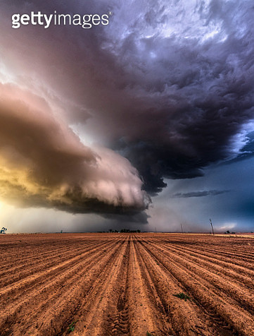 Extreme weather with Drought Cracked Earth. A supercell thunderstorm moves over a drought stricken area in the Texas Panhandle, USA. - gettyimageskorea