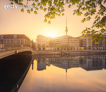 Berlin City Summer Skyline with Spree River Reflection and Sunlight - gettyimageskorea