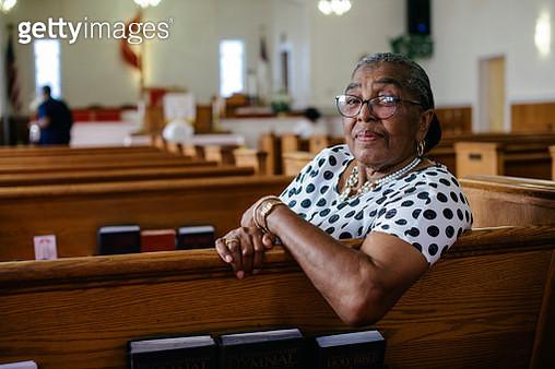 "Portrait of senior black woman sitting in Church""n - gettyimageskorea"