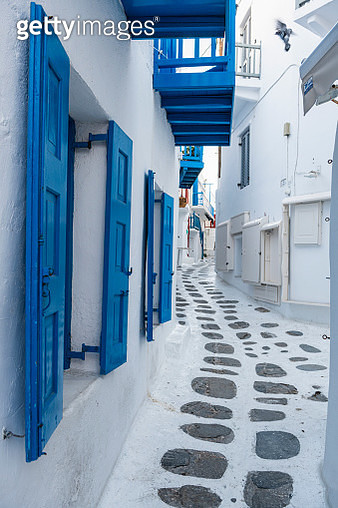 Greece, South Aegean, Horta, Empty narrow alley stretching between white-washed houses - gettyimageskorea