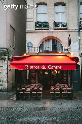 Sidewalk café in central Paris, France - gettyimageskorea