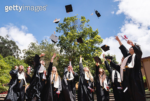Happy group of students celebrating their graduation - gettyimageskorea