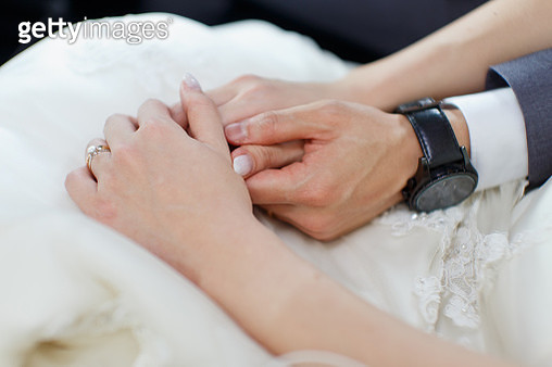 Midsection Of Couple Holding Hands At Wedding Ceremony - gettyimageskorea