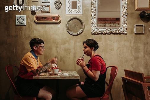 Two women in cafe - gettyimageskorea