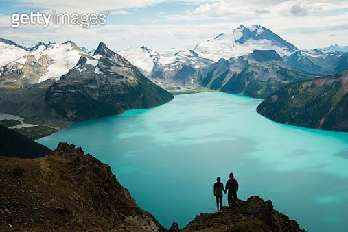 Couple enjoying the beautiful outdoors - gettyimageskorea