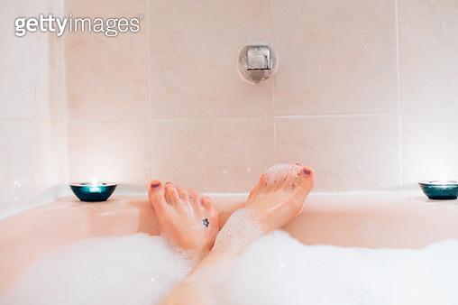 Woman's feet in bubble bath, bubble bath first person perspective, woman in bath tub, bubble bath, indulgence, bubbles, tub, bath first person perspective. - gettyimageskorea