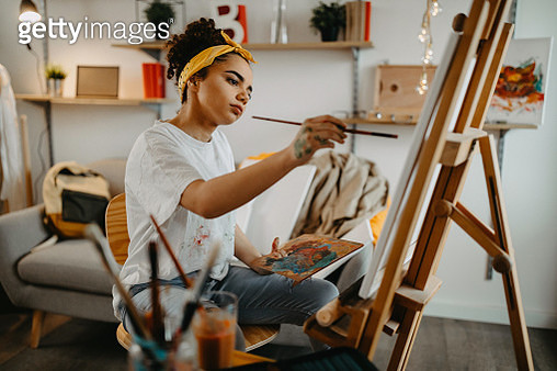 Girl painting on canvas - gettyimageskorea
