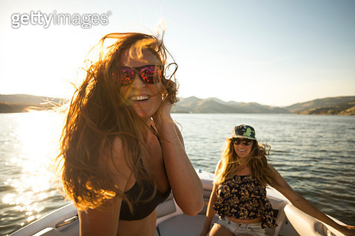 A group of freinds enjoying a day at the lake - gettyimageskorea