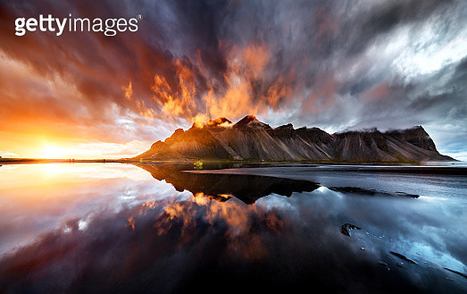 perfect wiev of the sunset behaind vestrahorn mountain - gettyimageskorea