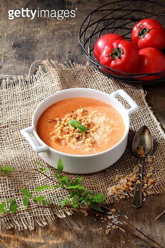 차가운 토마토 수프와 시리얼 - gettyimageskorea