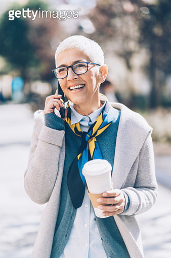 Portrait of mature business woman talking on the phone - gettyimageskorea