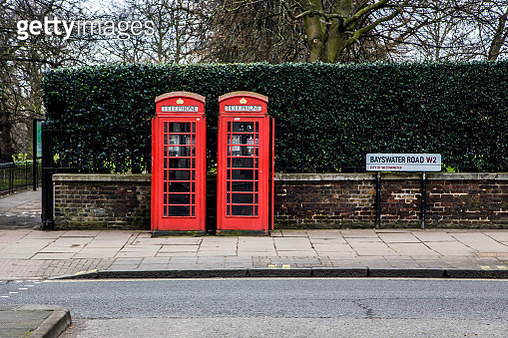 Red twin telephone booths in the City of London close to Hyde Park. - gettyimageskorea