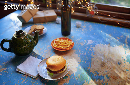 Table with hamburger and teapot at the window decorated for Christmas - gettyimageskorea