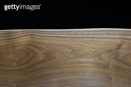 검은 배경의 원목 단면 패턴 - gettyimageskorea