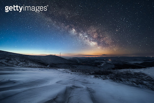 Milky Way rises over the Mountain in winter. - gettyimageskorea