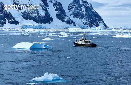 Pleasure boat sailing at paradise bay, Antarctica. - gettyimageskorea