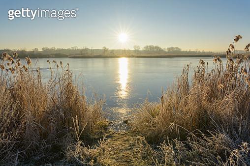 Frozen lake in winter with sun, Reinheimer Teich, Reinheim, Hesse, Germany - gettyimageskorea