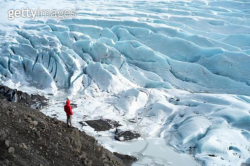 man standing of Svinafellsjokull Glacier in Iceland - gettyimageskorea