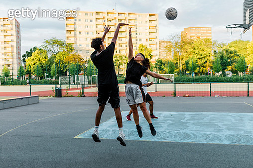 Woman jumping to block a shot - gettyimageskorea