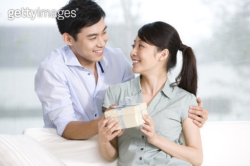 Man gives woman a present - gettyimageskorea