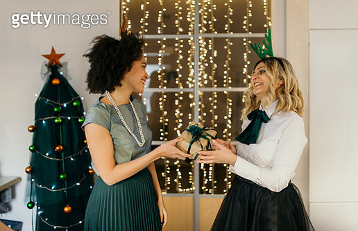 Colleagues celebrate Christmas at work - gettyimageskorea