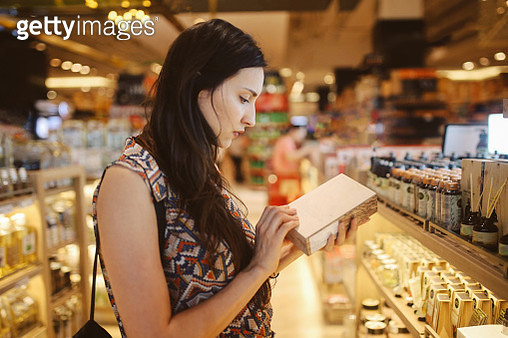 Young woman browsing through the stores in Bangkok shopping mall - gettyimageskorea