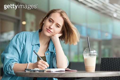 a young attractive woman of 20 years draws in a sketchbook - gettyimageskorea