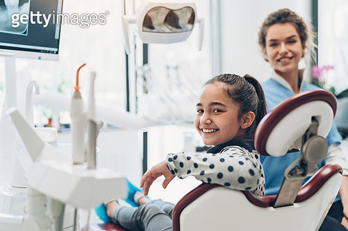 Dentist and a girl patient in the dentist's office - gettyimageskorea