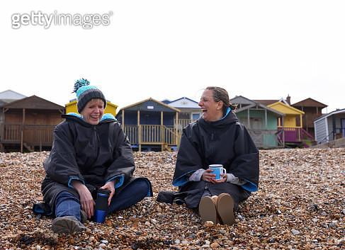 Two friends sat on the beach - gettyimageskorea
