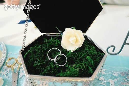 Close-Up Of Wedding Rings With Flower In Box On Table - gettyimageskorea
