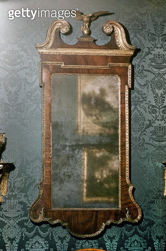 WHITE HOUSE: MIRROR. /nMirror, American, late 18th century, used by President Washington, at the White House in Washington, D.C. - gettyimageskorea