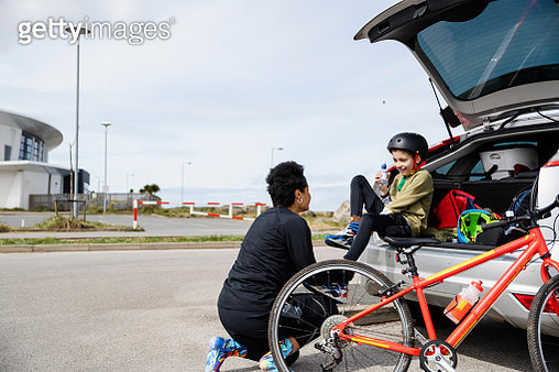 Motivating Her Son into Sports - gettyimageskorea