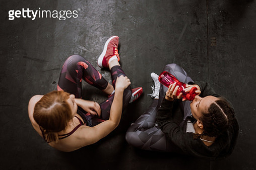 Girlfriends In Gym - gettyimageskorea